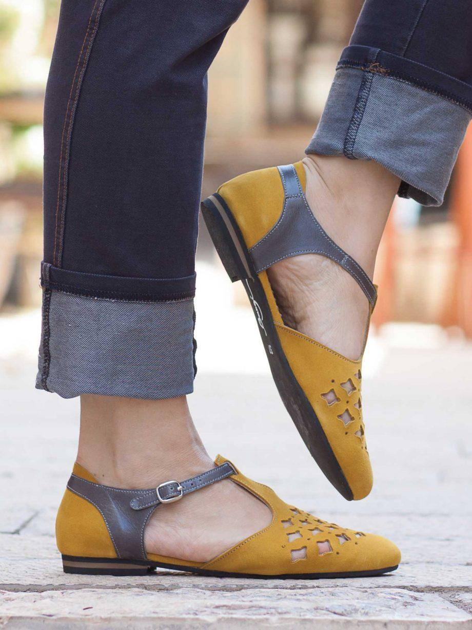 סנדלים צהובות